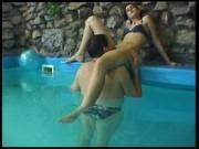 Morena cabalgando en la piscina